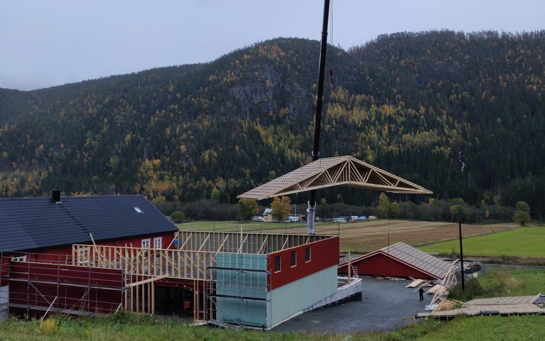 Se taket komme på plass på nybygget