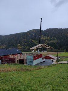 Taket heises på plass